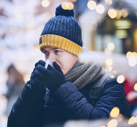 mit-muetze-am-weihnachtsmarkt